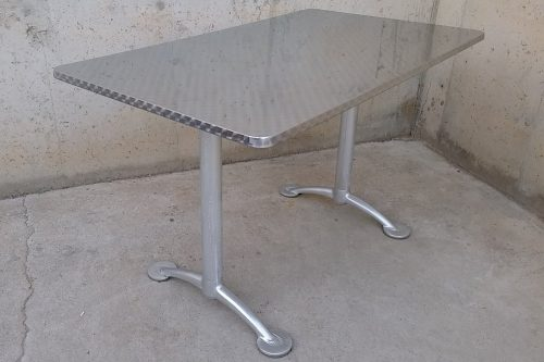 Taula d'acer inoxidable seminova per a terrassa a cabauoportunitats.com