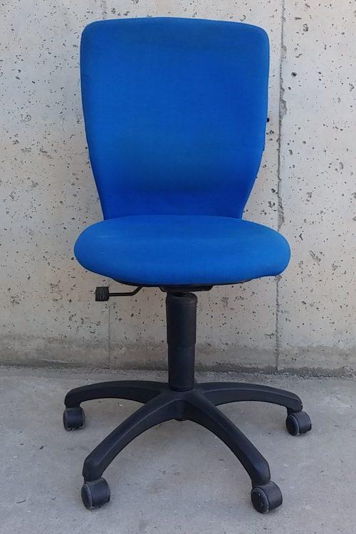 Cadira d'oficina de color blau de segona mà a cabauoportunitats.com