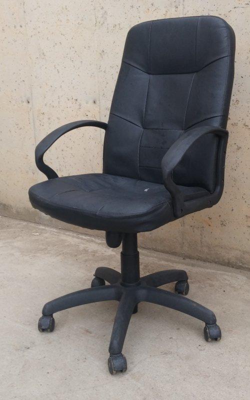 Silla con ruedas polipiel para oficina   Cabau Oportunitats