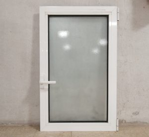 Finestra sense marc feta de PVC amb vidre translúcid de segona mà en venda a cabuaoportunitats.com Balaguer - Lleida - Catalunya